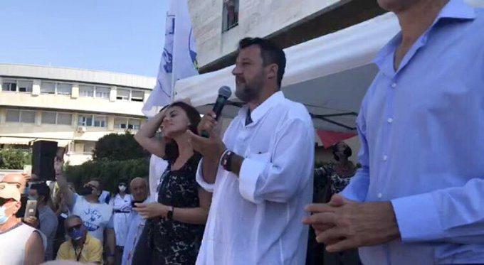 Toscana: Matteo Salvini strattonato durante uncomizio