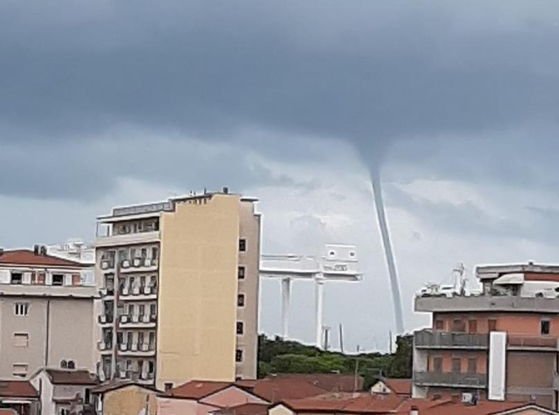 Toscana: Grossa tromba d'aria davanti alla costaapuana