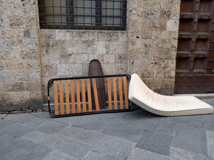 Siena: Oggi 21/09 Materasso, rete e asse da stiro abbandonate in Via diCittà