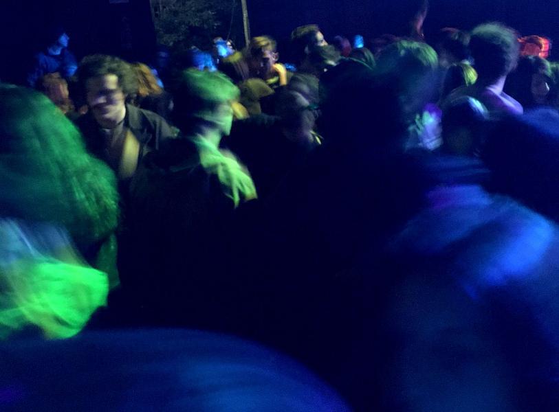 Toscana: Centinaia di persone al rave party nelcapannone