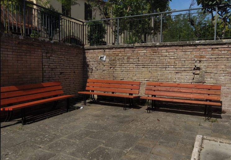 Siena: Ieri 12/09 a Taverne d'Arbia sostituite alcune panchine in uno spazio diritrovo