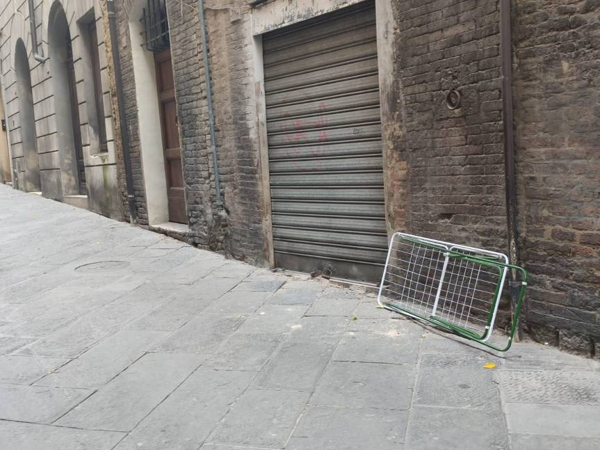 Siena, continua l'inciviltà: Oggi 02/10 stendibiancheria abbandondato in Via SanMartino