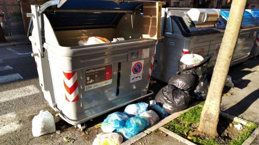 Siena, Degrado in Viale Mameli: sacchi della spazzatura abbandonati a bordostrada
