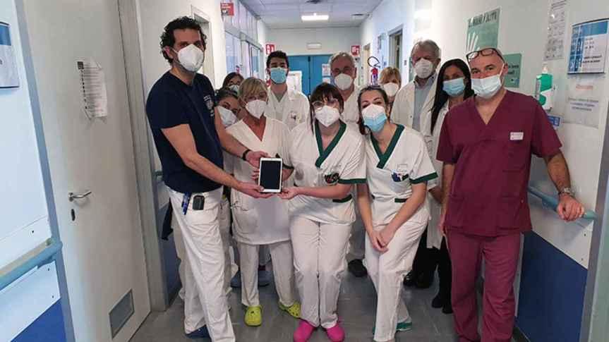 Siena: Infermieri e OSS donano un tablet ai pazienti della stroke unit e diNeurologia