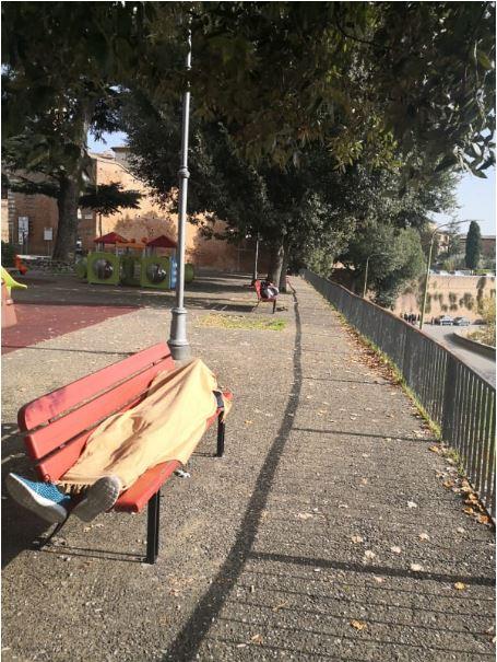 Siena, Dormono sulle panchine nel parco fuori Porta San marco : Ecco lefoto