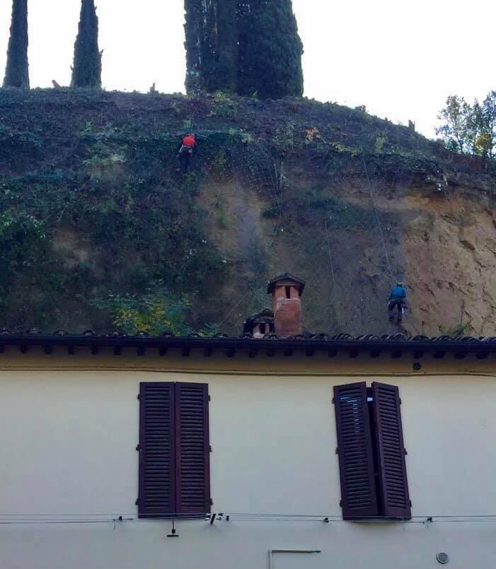 Siena, Frana Fontebranda: Oggi 06/11 In Corso di svolgimento le operazioni di disgaggio e le verifiche tecniche nella parete dellascarpata