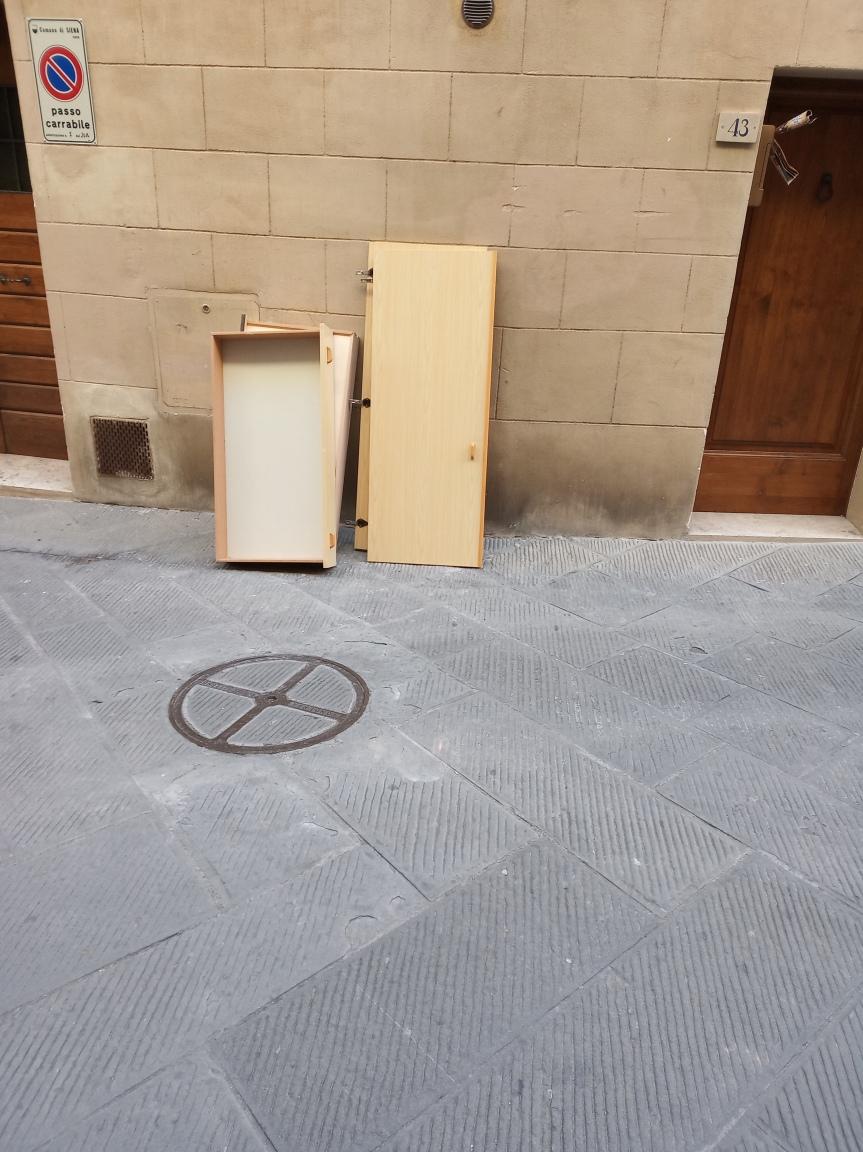 Siena: Oggi 21/11 Armadio abbandonato in Via TitoSarrocchi