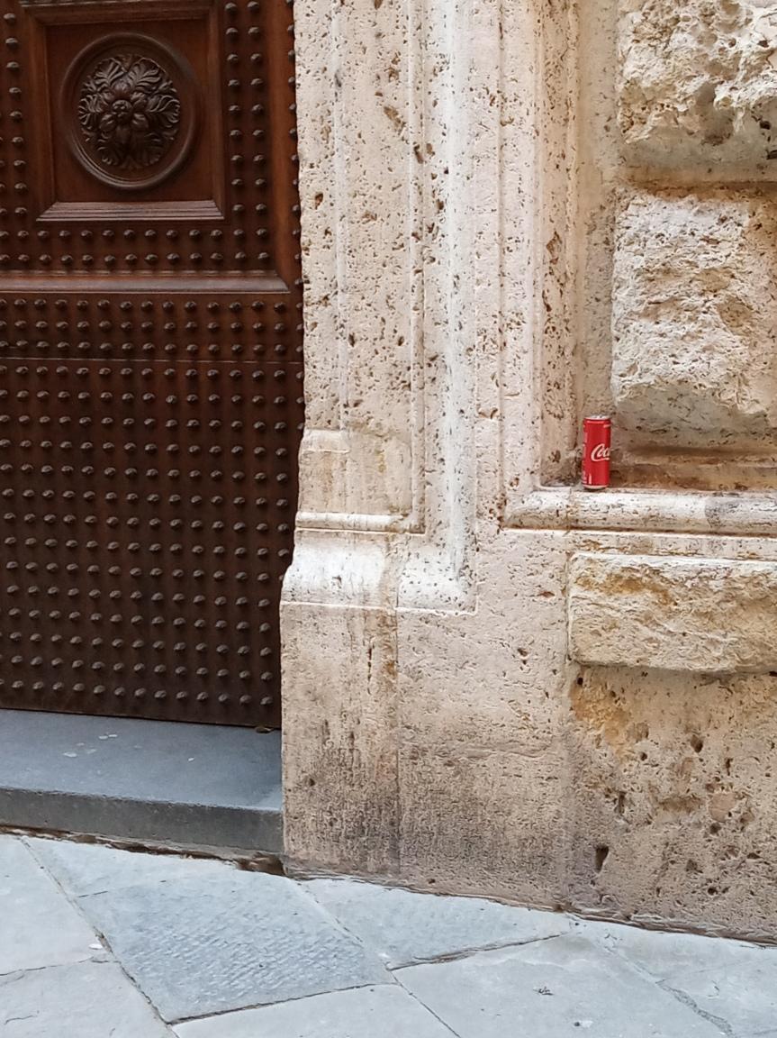 Siena: Oggi 22/11 incivili abbandonano lattina coca cola su facciata Palazzo dellePapesse