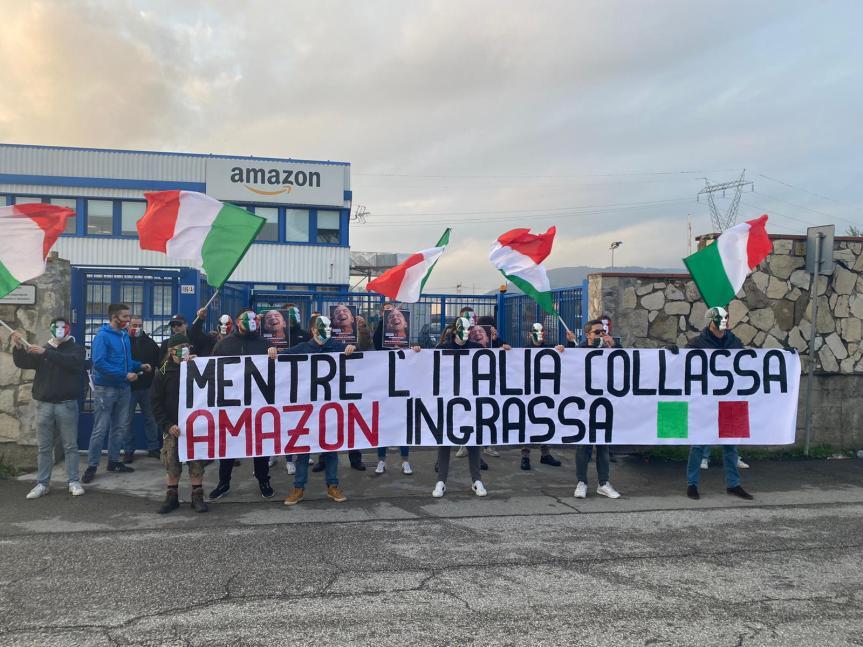 """Toscana, Mascherine tricolori all'attacco: """"Mentre l'Italia collassa, Amazoningrassa"""""""