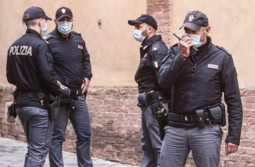 Siena: Uomo in cure psichiatriche, aspetta un bus di notte: poliziotti pagano il taxi per tornare acasa