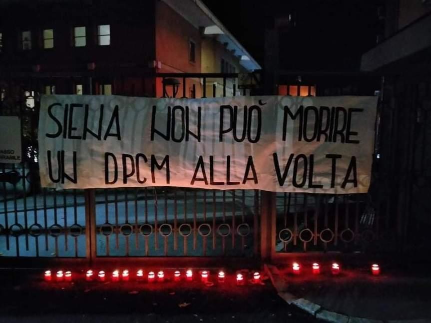 Siena, Nuovo Dcpm: Striscioni, cartelli e lumini da cimitero su cancelloInps