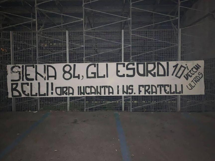 Siena: Oggi 26/11 i Vecchi Ultras appongono allo Stadio Franchi uno striscione in memoria diMaradona