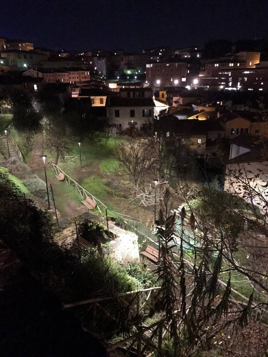 Siena: Oggi 30/11 Rinnovata l'illuminazione nel giardino del Vicolo degliOrbachi
