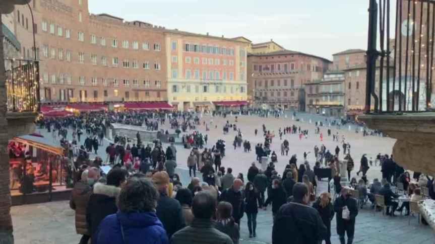 Siena: Piazza del Campo, tanti giovani multati. E ora stop aperitivo egiratine