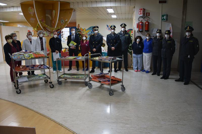 Siena: Doni e gadget della Guardia di Finanza ai piccoli pazienti del Dipartimento della Donna e dei Bambini dell'AouSenese