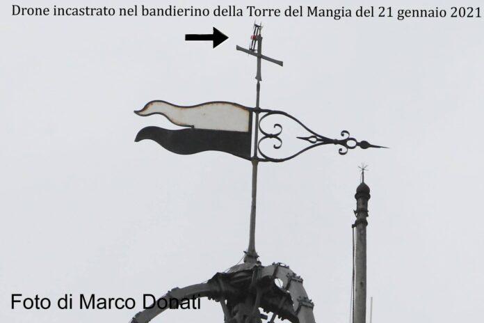 Siena: Drone incastrato nel bandierino della Torre delMangia