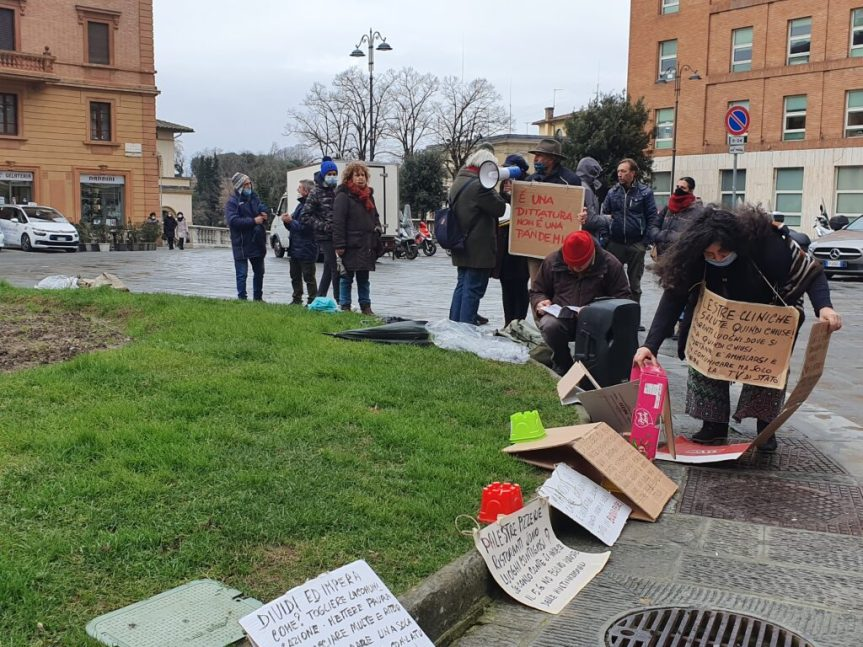 """Siena, No Vax: """"Pandemia è un'esagerazione, vogliono la quarta rivoluzione"""""""