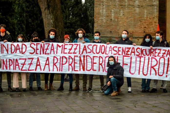"""Siena, Scendono in piazza gli studenti: """"Vogliamo scuole più sicure e basta con laDAD"""""""
