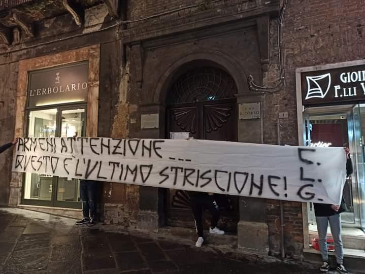 Siena, Acn Siena: Striscione contro la proprietà armena davanti allasede