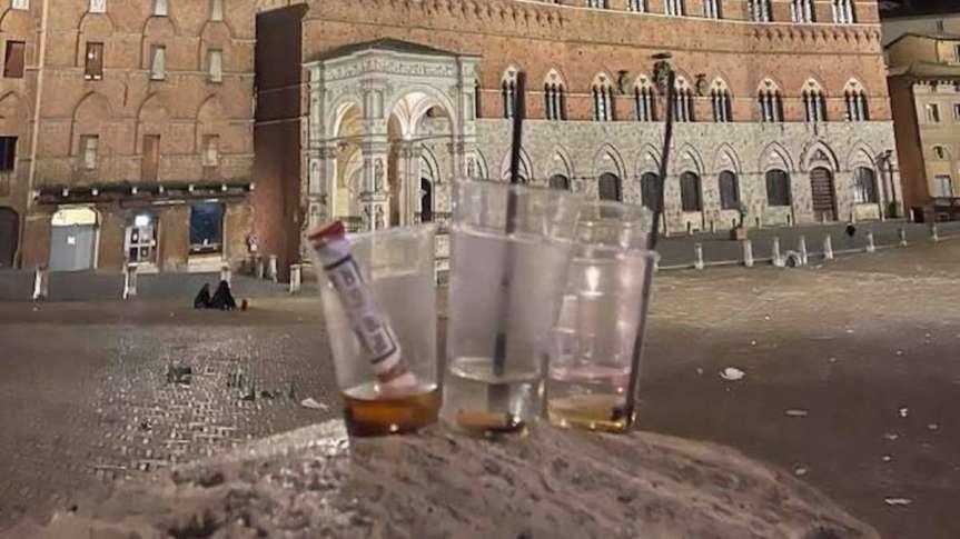 Siena: Bottiglie e rifiuti abbandonati in Piazza del Campo dopo lamovida