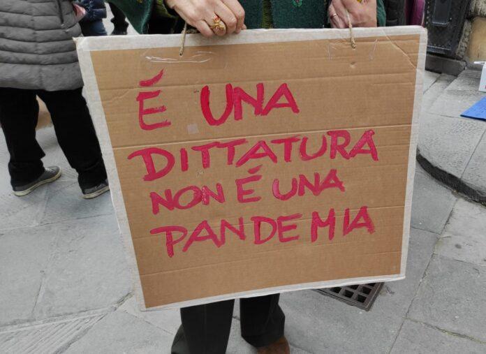 """Siena, Oggi 06/02, Covid, i NoVax ancora in città: """"Vaccino fa più danni dellamalattia"""""""