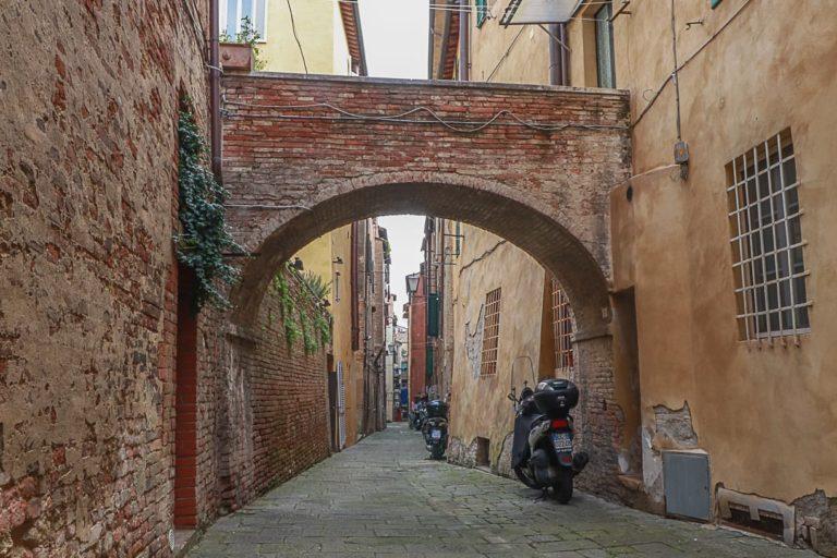 Siena, Nicoló, Duccio e il senso delle cose: Vicolo della pioggia, lavarsi dalle pretese dicertezza