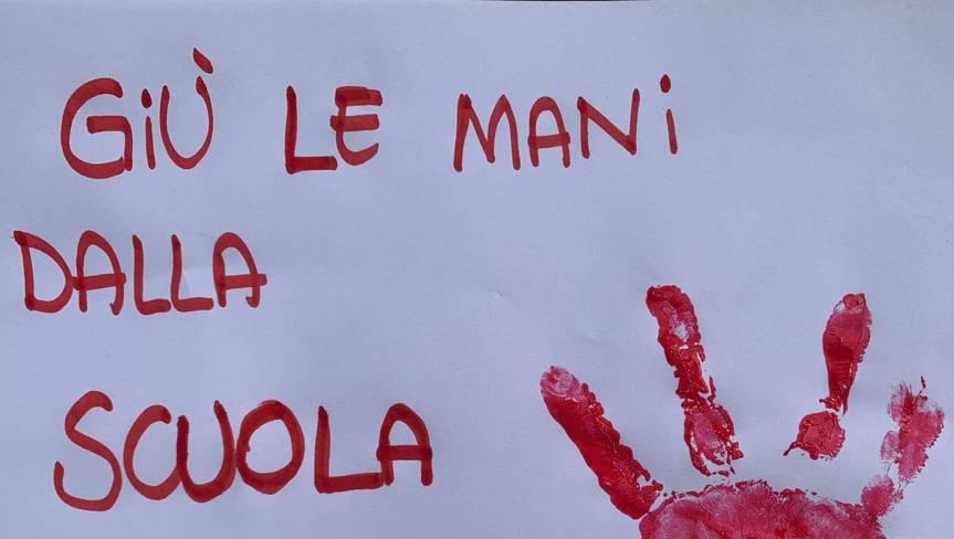 """Siena, Genitori in protesta contro la chiusura delle scuole: """"Non è giusto sacrificare sempre ibambini"""""""