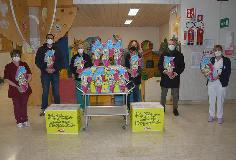Siena: Il gruppo piccoli della Contrada della Torre porta le uova di Pasqua ai pazienti del Dipartimento della Donna e deiBambini