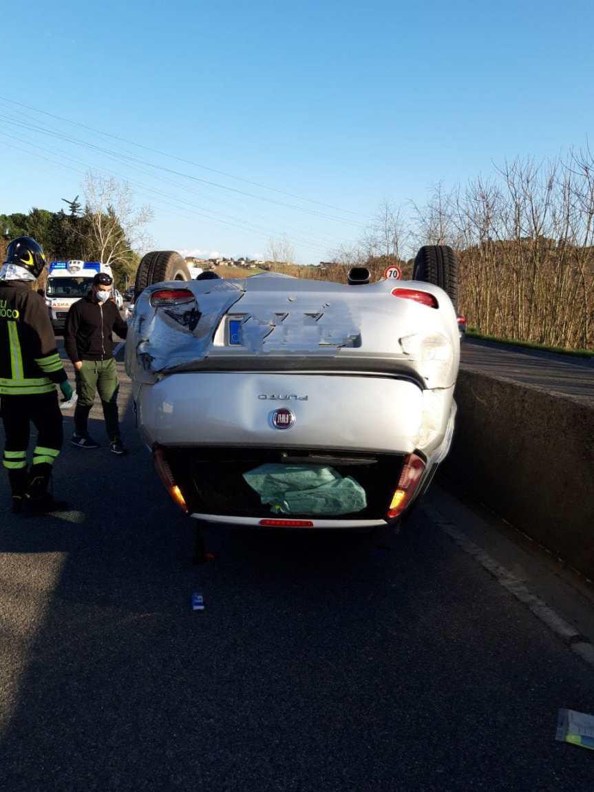 Siena, Incidente sulla tangenziale, si ribalta un'auto: Ferita unadonna
