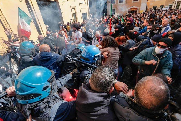 Italia: Manifestazioni per riaperture, tafferugli davanti alla Camera. Ferito unpoliziotto