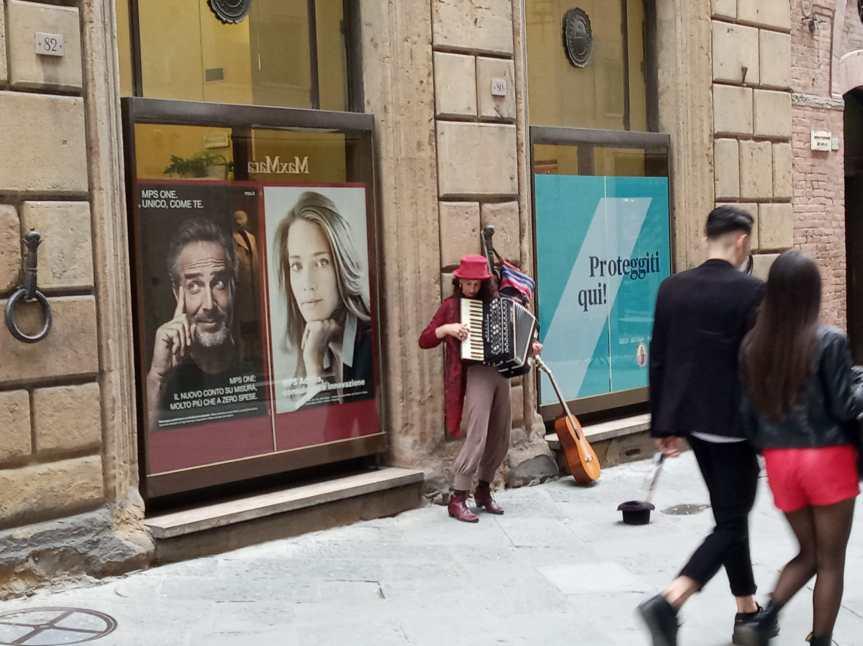 Siena: Ogggi 30/04 un'artista di strada intrattiene i passanti per ilCorso