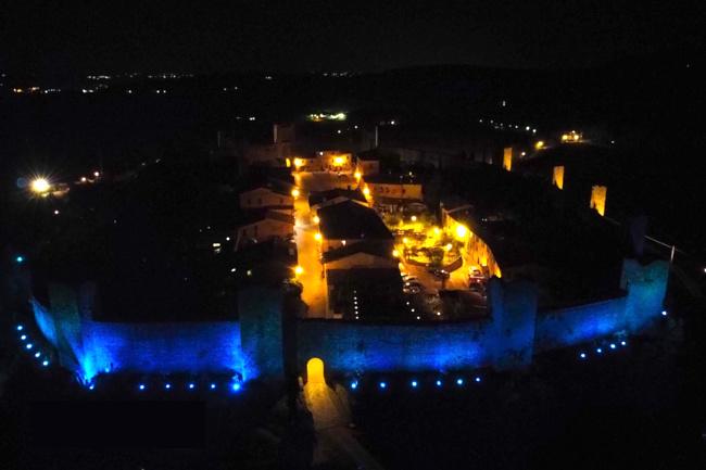 Provincia di Siena: Il castello di Monteriggioni illuminato di blu per la Giornata mondiale sull'Autismo