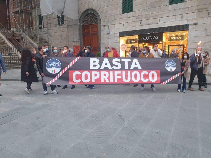 """Siena: Fratelli d'Italia scende in piazza contro il coprifuoco: """"Una prevaricazioneirrazionale"""""""