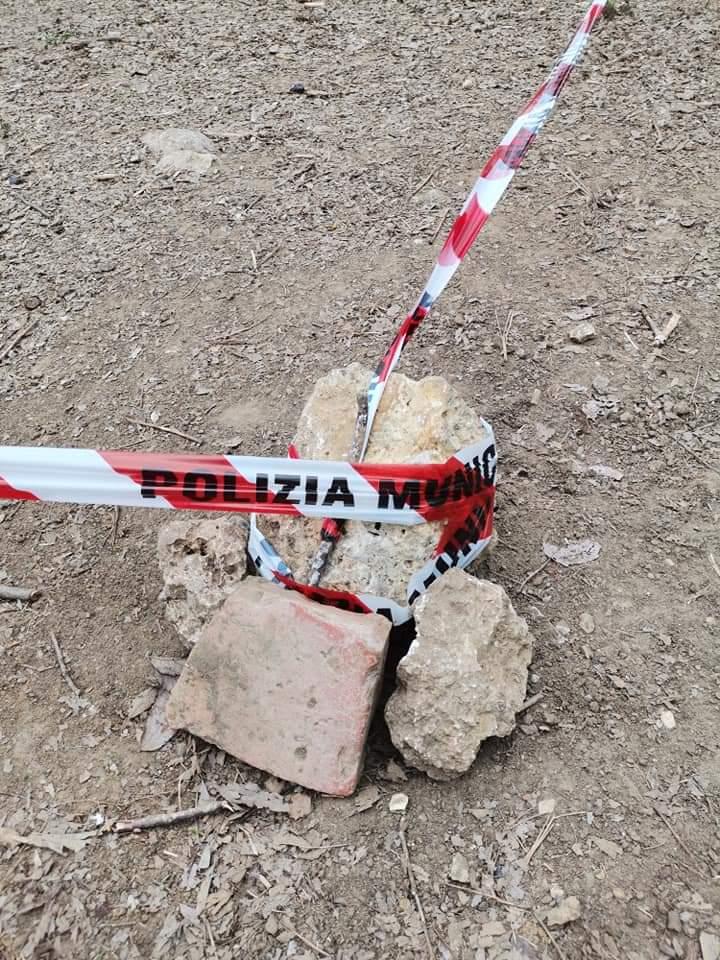 Siena: Ferro infilato nel terreno, pericolo nell'area cani in Via delleProvince