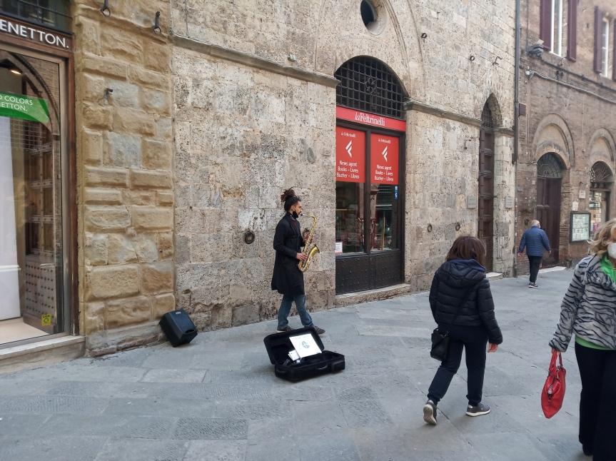 Siena: Oggi 18/04 un musicista per il Corso allieta con le sue note la domenica in zonaarancione