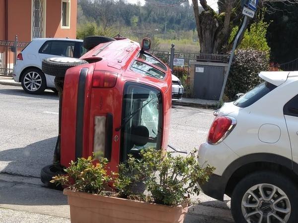 Provincia di Siena, Pianella: camion aggancia auto e la ribalta, rocambolescoincidente