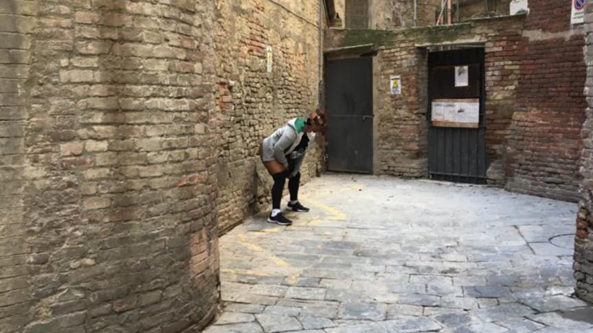 """Siena, La segnalazione: """"Piazzetta Sabatino Mori è diventata un orinatoio a cieloaperto"""""""
