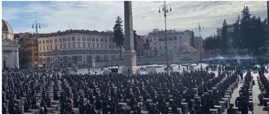 Italia, Roma, la protesta dei lavoratori dello spettacolo: mille bauli in piazza delPopolo