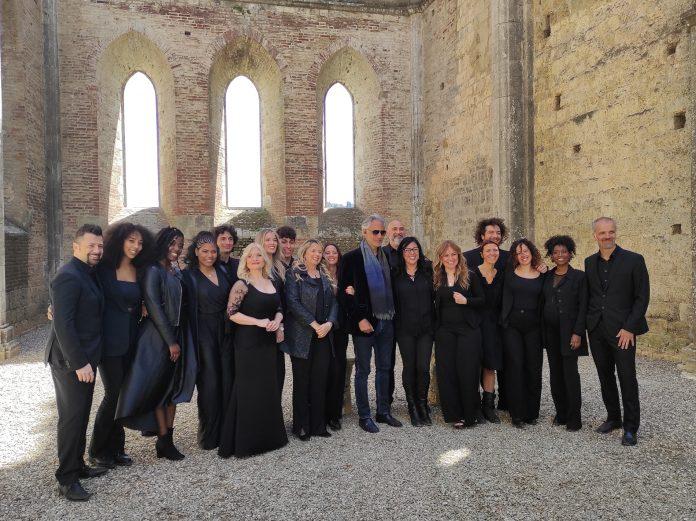 """Provincia di Siena: Bocelli ha cantato insieme al """"Solevoci Gospel Friends"""" nell'Abbazia di SanGalgano"""