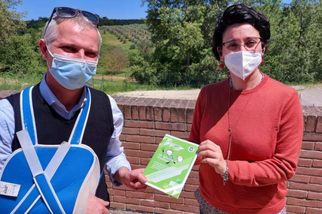 """Provincia di Siena: Castelnuovo, distribuita nelle scuole la guida """"Chi sporcava si trattenga"""" per una corretta gestione deirifiuti"""
