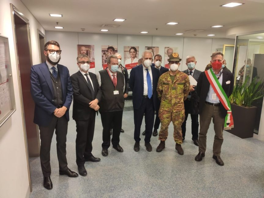 """Siena, Figliuolo in visita all'hub vaccinale PalaGiannelli: """"Palio straordinario? Vi auguro difarlo"""""""