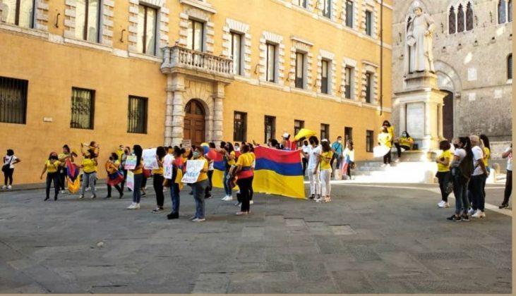 Siena: Riforma fiscale, in piazza Salimbeni protesta anche la comunità colombianasenese