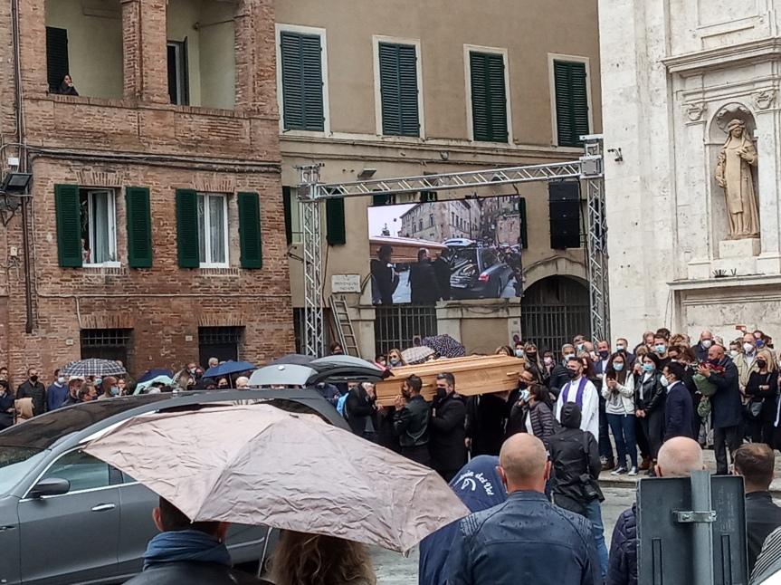 """Siena, Funerali del fantino Brio, il dolore di Siena: """"Volevamo portarti a spalla, ma noncosì"""""""