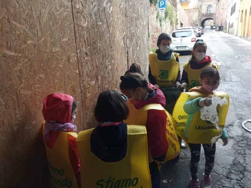 Siena, Contrada della Chiocciola: I piccoli ripuliscono ilrione