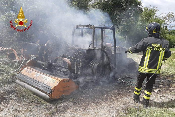 Provincia di Siena: Si incendia un trattore, pericolo in un'azienda agricola di Castellina inChianti