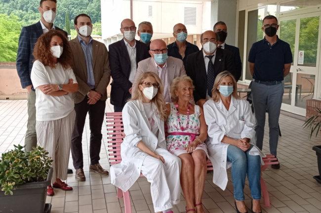 Provincia di Siena: All'ospedale di Campostaggia due panchine rosa per ricordare l'importanza della prevenzione del tumore alseno