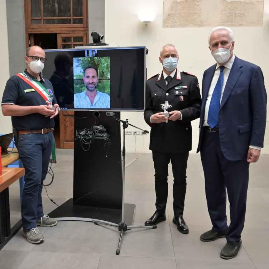 Toscana: Giani consegna il pegaso al Il luogotenente dei Carabinieri Danilo Ciccarelli, il Sindaco di Palazzuolo sul Senio Philip Moschetti e il giornalista RAI Giuseppe DiTommaso