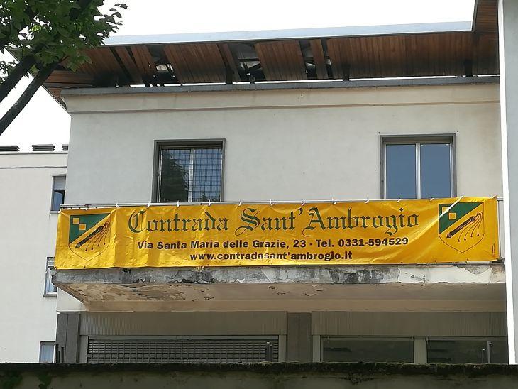 Palio di Legnano: Contrada Sant'Ambrogio prosegue nella sistemazione del nuovo Maniero. Affisso lostriscione