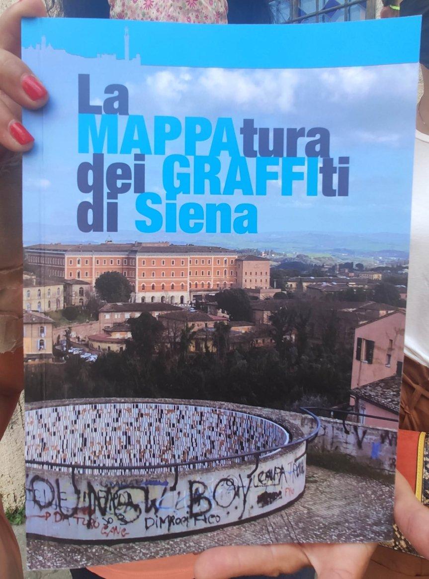 """Siena: oggi 24/06 Consegnato all'assessore Silvia Buzzichelli il libro """"La mappatura dei Graffiti diSiena"""""""