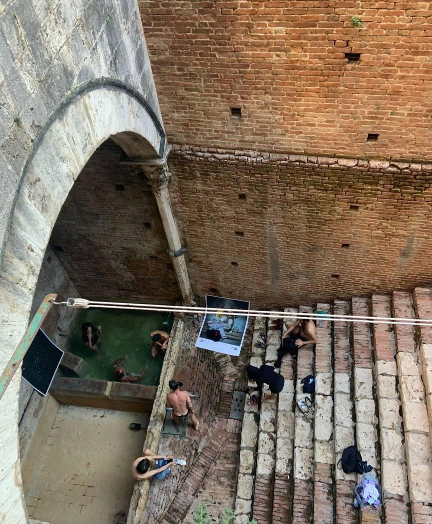 Siena: Oggi 14/06 alcuni giovani hanno fatto il bagno nelle fonticittadine